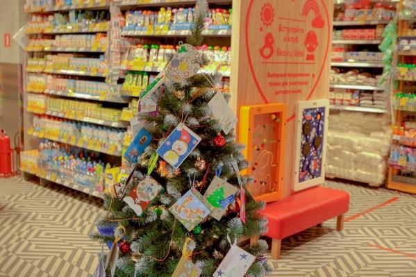 Такие елочки с открытками устанавливают в сети магазинов «Пятёрочка» второй год подряд