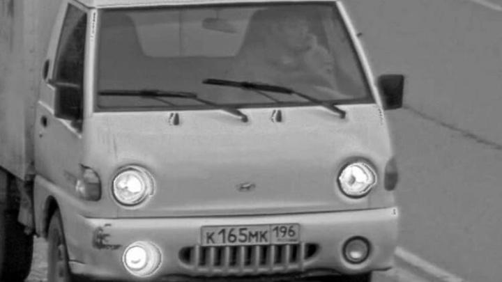 В Екатеринбурге хромой мужчина угнал фургон, полный кураги и орехов: видео с камер