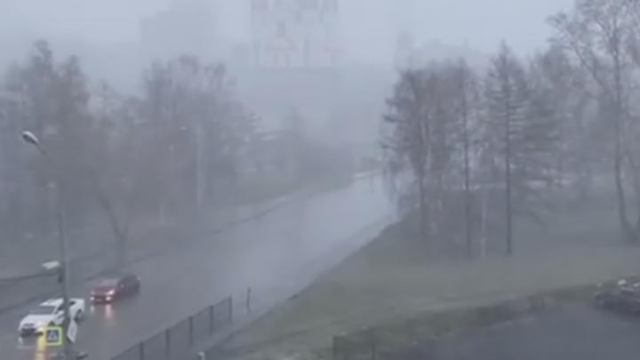 «Вы видите, что творится?»: губернатор призвал свердловчан сидеть дома, сняв ливень из своей квартиры