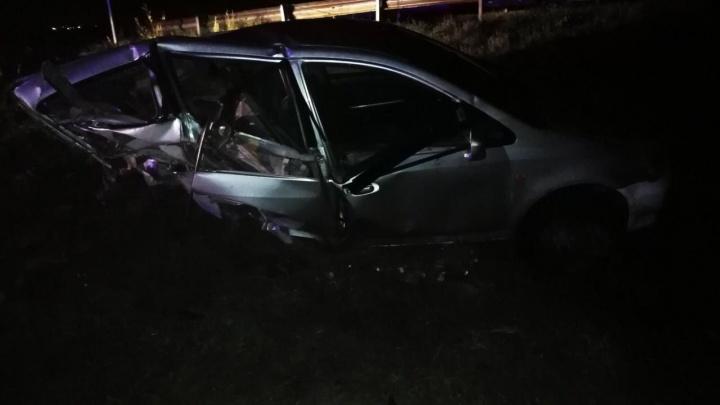 «Там страшная колея, машину мотает»: под Красноярском машина слетела с дороги и превратилась в груду металла