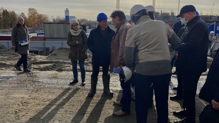 «Я не сниму сапоги и буду намеренно ходить в них»: мэр раскритиковал строителей за грязь возле Коммунального моста