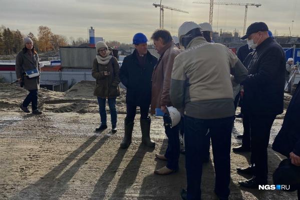 Во время выездного совещания на стройке мэр Новосибирска ходил в резиновых сапогах