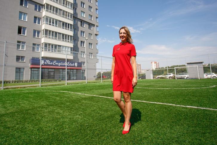 Собственным футбольным полем может похвастать далеко не каждый жилой комплекс. На фото — Елена Котлованова, менеджер отдела продаж ЖК «Манхэттен»