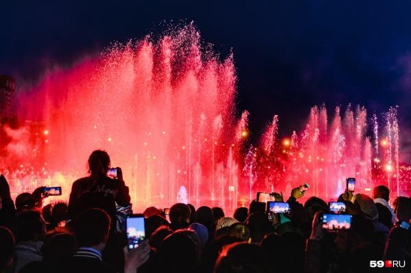 Музыкальное шоу нового фонтана на эспланаде всегда собирает много зрителей