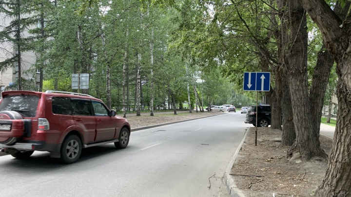 Одностороннюю улицу в Новосибирске сделали двухсторонней, но знак поставить забыли — водители едут друг на друга лоб в лоб