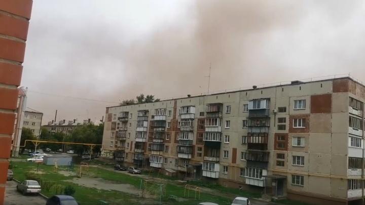 Рыжее облако накрыло город в Челябинской области. Жители винят «дочку» РМК