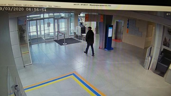 Странный мужчина пробрался в здание медцентра и провел там ночь