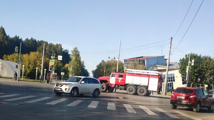 В районе Дома Обороны Lada на повороте влетела в иномарку