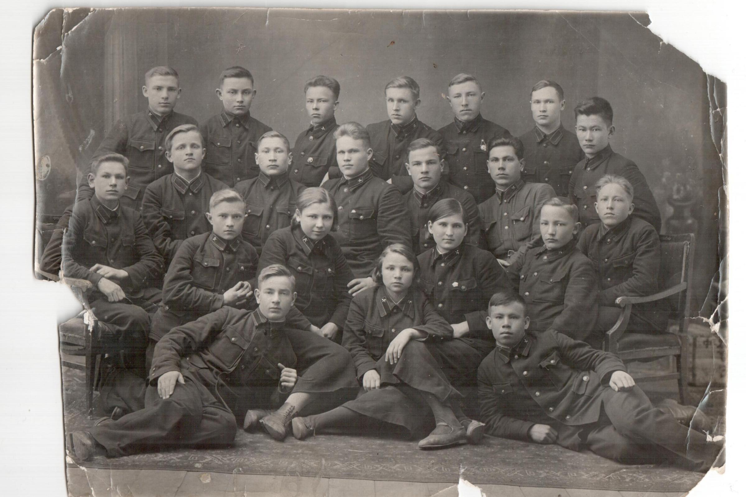 Чита, школа военного транспорта (Алексей Токмаков во втором ряду, первый справа)