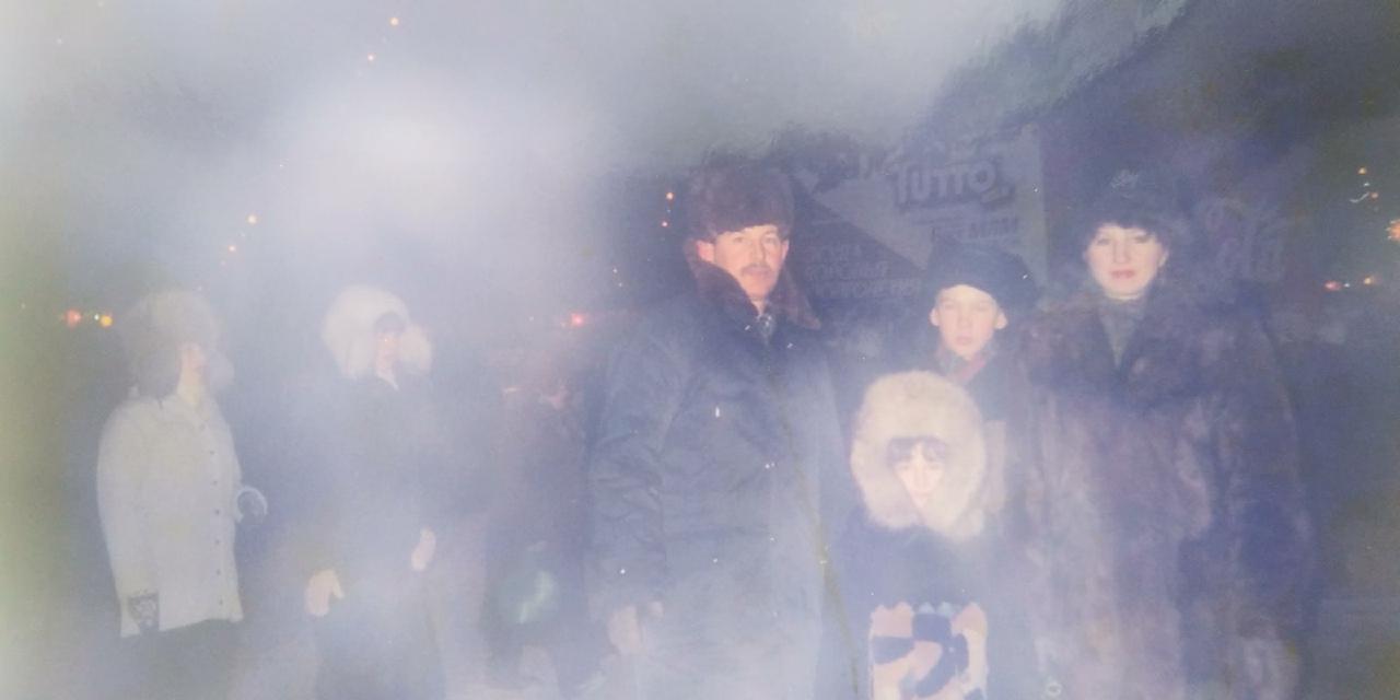 Это фото сделали&nbsp;2 января 1997 года, внизу, в белой шапке — Ксения Лысенко: «На мне легендарная песцовая шапка. У неё была сложная система зашнуривания — резинка затягивалась под горлом, а потом оборачивалась на талии. То ли противоугонная система против воров, то ли очередная фишка 90-х»<br>