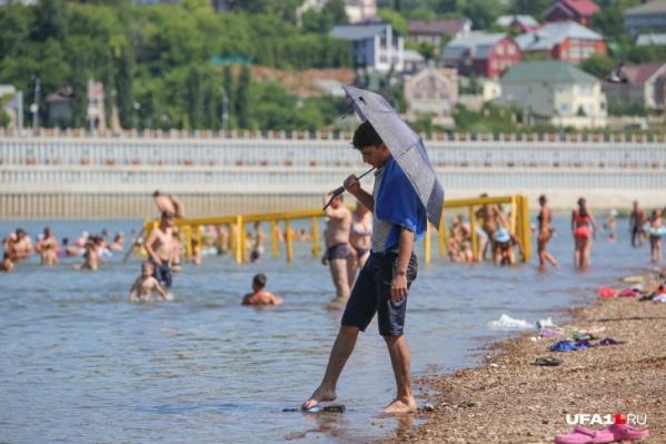 От жары спасаются на воде и под зонтом