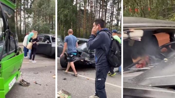 «Девушка в машине лежит без сознания, ждём скорую»: в Студгородке столкнулись автобус и «Волга»