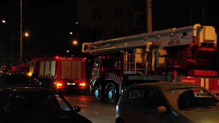 В центре Екатеринбурга вспыхнул пожар в квартире: хозяина увезли в больницу с ожогами