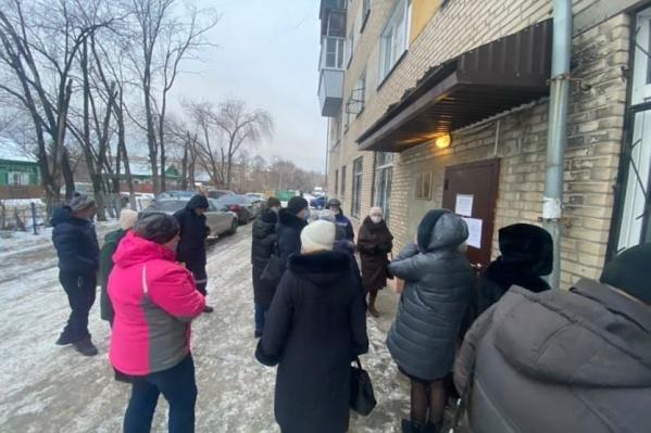Такая очередь сегодня выстроилась около отдела службы судебных приставов в Ленинском районе