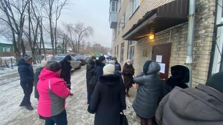 В канун новогодних праздников на улице перед службой судебных приставов в Челябинске выросла очередь