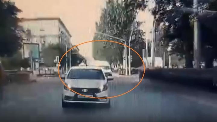 Поворачивал со среднего ряда: опубликовано еще одно видео момента столкновения маршрутки и Toyota в Волгограде