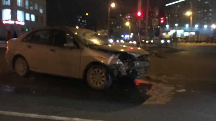 На Северо-Западе Челябинска иномарку после ДТП отбросило на тротуар