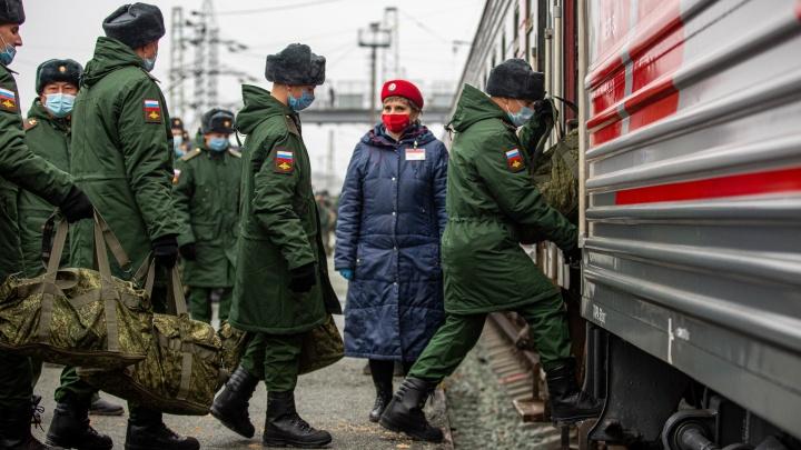 Всем сделали тест перед отправкой: как новосибирцев провожали на службу в ковидный призыв — 12 снимков