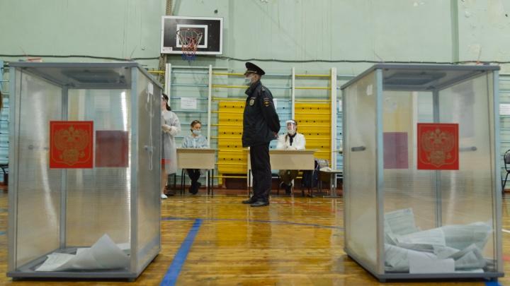 Что делают члены избиркома и наблюдатели, когда уходит последний избиратель. Фоторепортаж