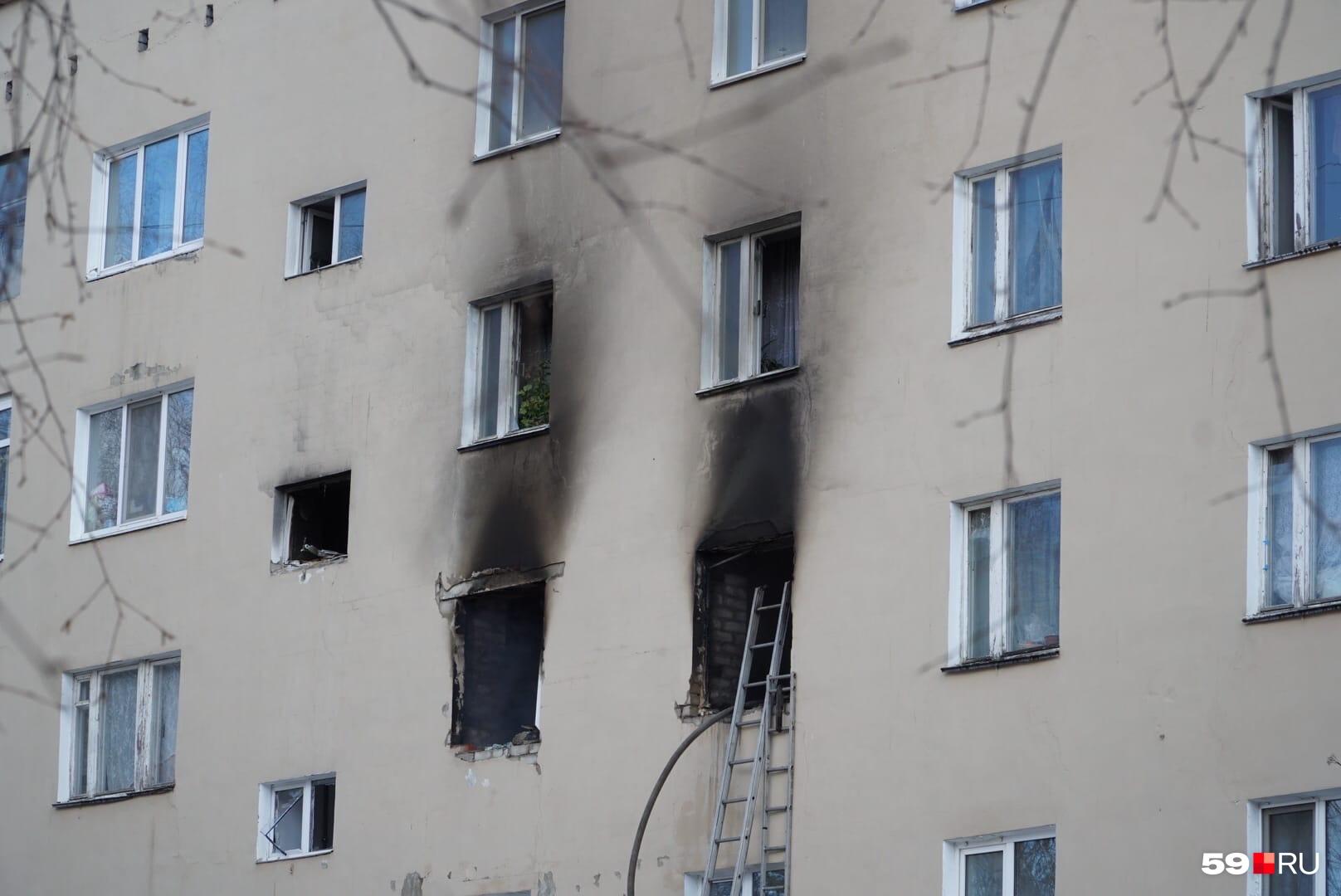 Фасад здания закопчен, но дым уже почти не валит