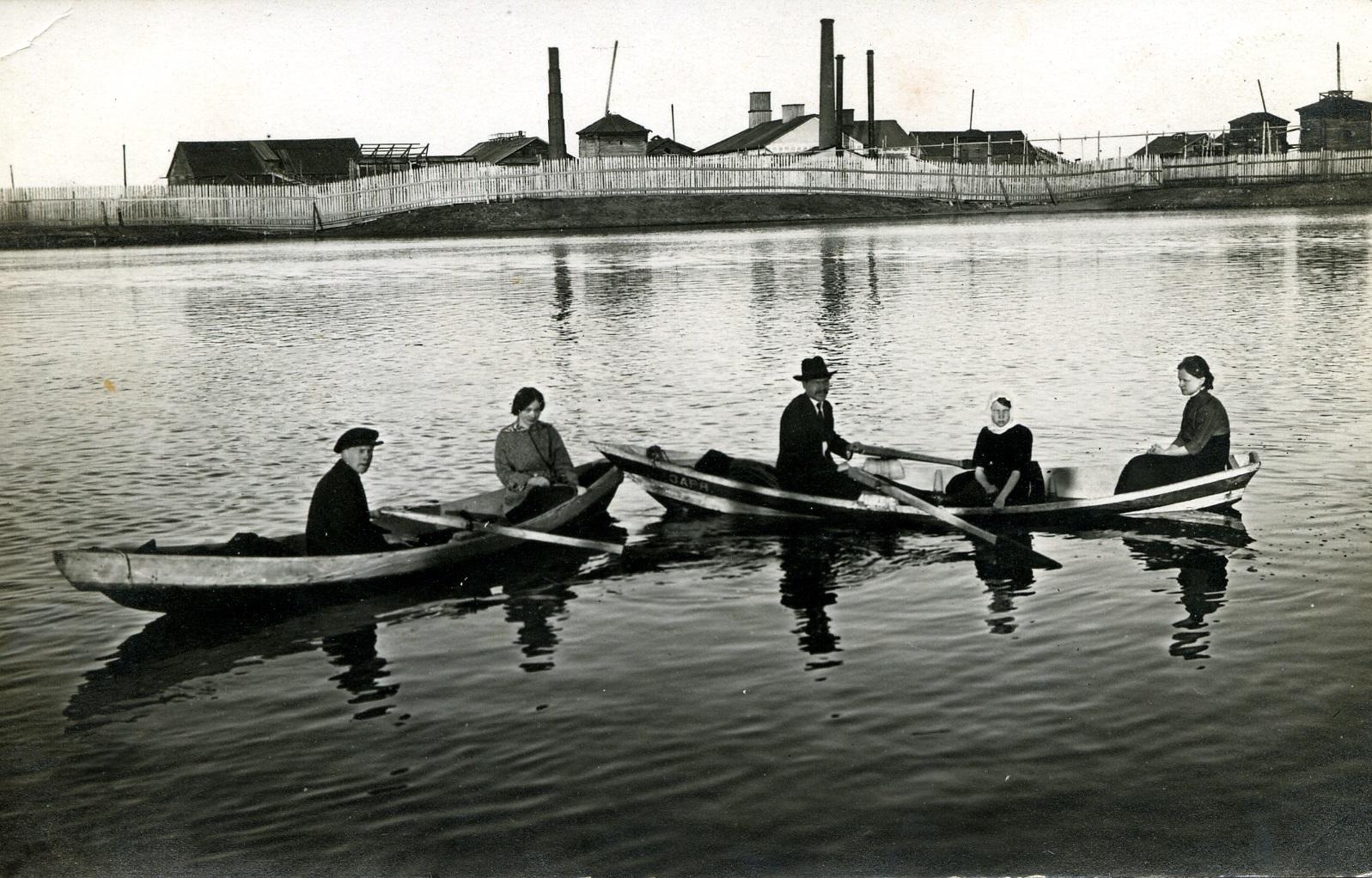 Катание на лодках в 1915 году в Усолье. У местных жителей была традиция проводов вешней воды
