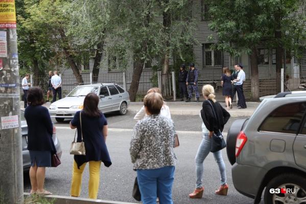 Всех сотрудников и посетителей Волжского районного суда вывели на улицу