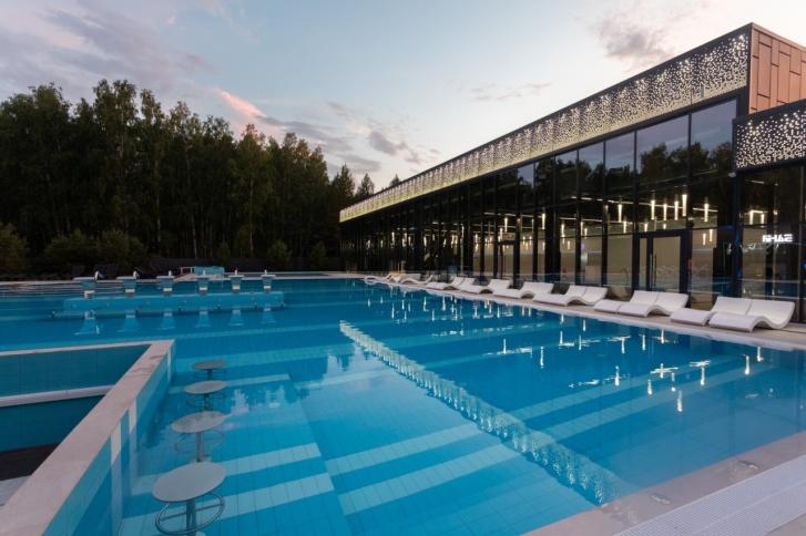 Чтобы искупаться в открытом бассейне и понежится на солнышке на шезлонге, жители «Вишневой горки» могут прогуляться до водного комплекса пешком