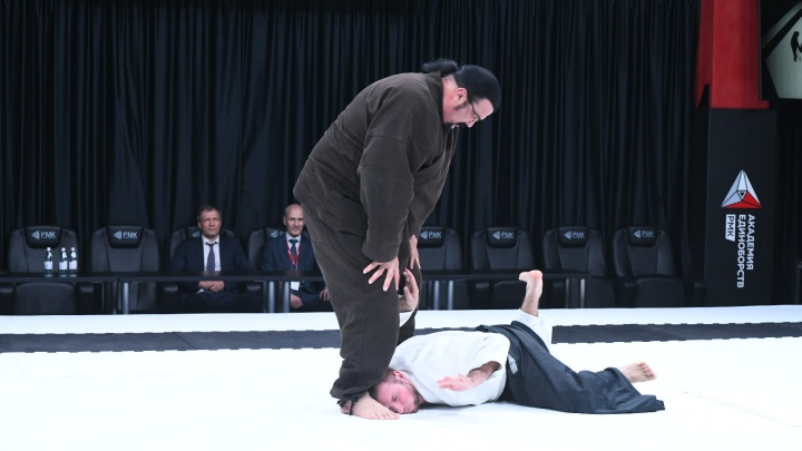 В Екатеринбурге Стивен Сигал показал несколько боевых приемов: яркие кадры визита звезды Голливуда