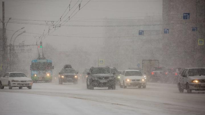 «Не вижу, куда еду»: Новосибирск сковали 7-балльные пробки из-за снегопада