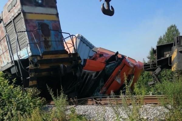 Водитель грузовика не уступил дорогу поезду