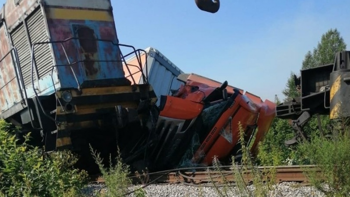 «Не уступил дорогу железнодорожному составу»: в Кузбассе поезд снёс грузовик