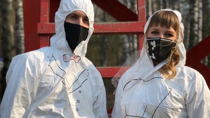«Если не боитесь пандемии, то приходите»: молодожёны из Новосибирска устроили фотосессию в защитных костюмах
