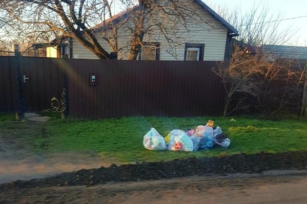 Котельниковцы по привычке выносят мусор на улицу, но забрать его некому