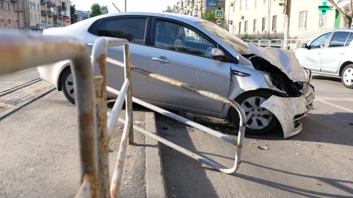 «Пассажирку зажало дверью»: в ДТП на Каслинской с вылетевшей на остановку машиной пострадали двое