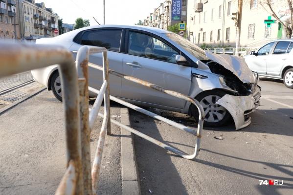 KIA почти повисла на ограждении трамвайной остановки