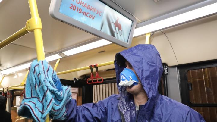 Очищают поручни и кнопки: в Нижнем Новгороде автобусы дезинфицируют после каждого рейса