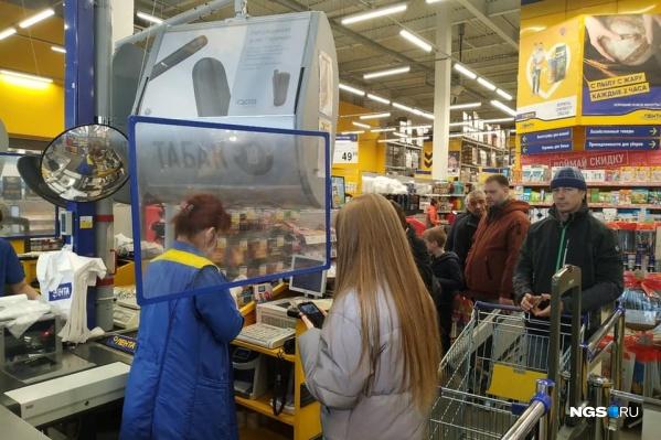 Например, в новосибирских магазинах теперь продавца и покупателя разделяет стекло