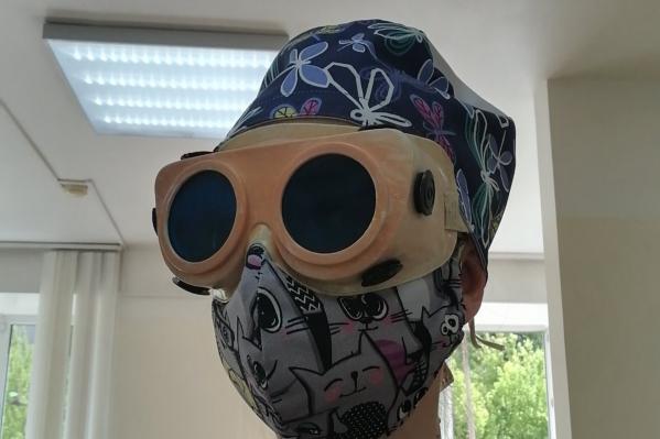 """Настоящее разнообразие необычных образов в семьях воспитанников детского сада <nobr class=""""_"""">№ 4</nobr>. Мама Алисы Поляковой работает медицинской сестрой. Анна знает, как защитить себя от вирусов, в этом ей помогает хлопковая маска с котиками, шапочка и очки<br>"""