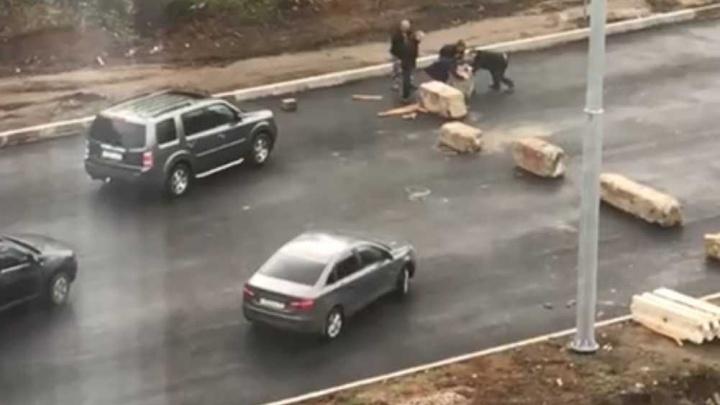 Не дождались: водители сами разблокировали проезд по закрытому участку Тутаевского шоссе в Ярославле