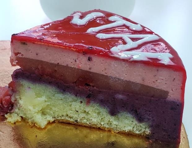 На торте написали название компании