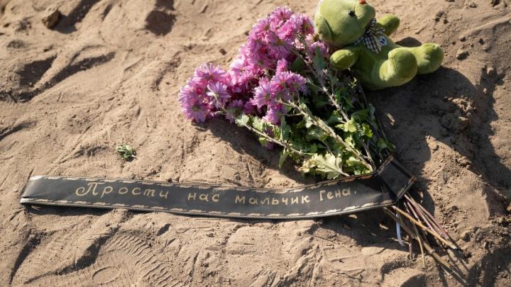 «Прости нас, мальчик Гена»: волгоградцы приносят цветы и игрушки на место гибели 12-летнего школьника