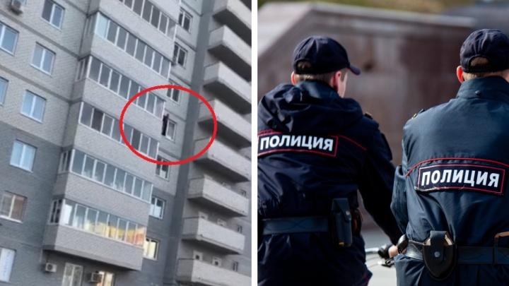 К тюменской многоэтажке стянулись экстренные службы из-за мужчины с ножом в окне