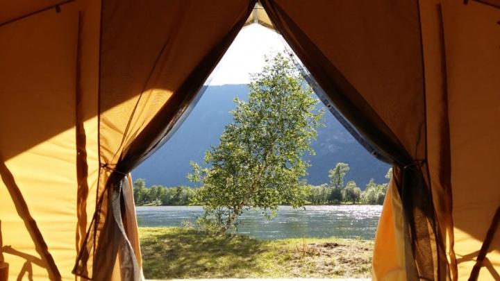 Отель в Горном Алтае предложил отдохнуть за 500 тысяч в палатках. Как это возможно?