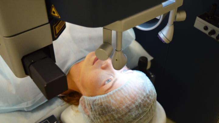 «Пожужжали совсем чуть-чуть»: сибирячка рассказала, как на самом деле проходит операция на глаза