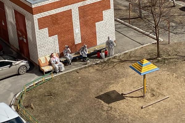 Тюменцы рассказывают, что работники долго собираются, а саму обработку проводят за считаные минуты. Этот снимок был сделан в одном из дворов на улице Щербакова