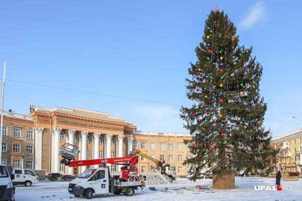 Площадь Орджоникидзе почти готова к новогоднему празднику