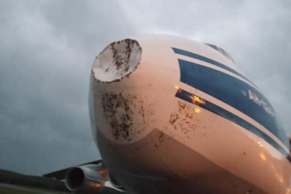 Следы молнии видны на самолете