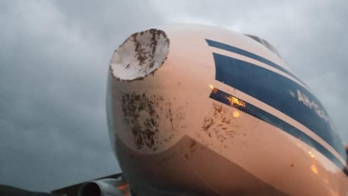 В грузовой самолет при заходе на посадку в Красноярске попала молния