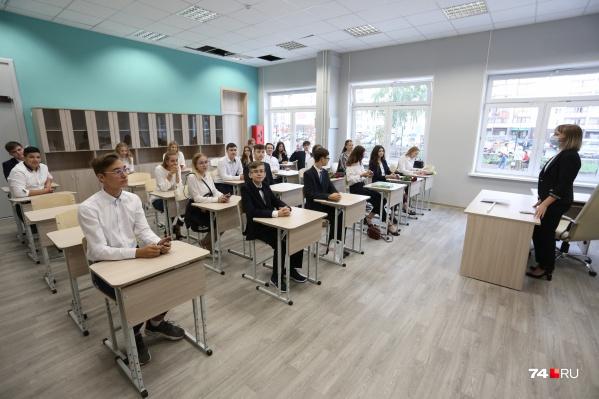 Большинство школьников продолжает учиться в обычном режиме