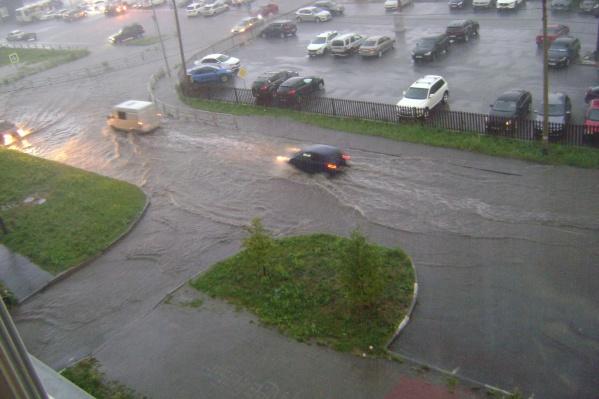 Потоки воды потекли по дорогам Челябинска сегодня вечером